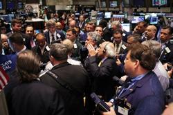 Các nhà đầu tư trên sàn giao dịch chứng khoán New York trước tiếng chuông đóng cửa ngày 01 tháng 6 năm 2011. AFP Photo