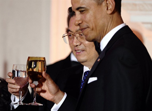 TT Barack Obama và Chủ Tịch Hồ Cẩm Đào cùng nâng ly tại buổi dạ tiệc tối 19/1/2011 tại Tòa Bạch Ốc.AFP