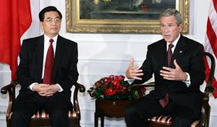 Tổng thống Mỹ George W. Bush (Phải) và Chủ tịch Trung Quốc Hồ Cẩm Đào chụp tại Waldorf Astoria ở New York ngày 13 tháng 9 năm 2005. AFP