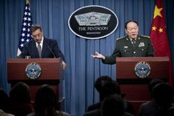 Bộ trưởng Quốc phòng Mỹ Leon Panetta (T) lắng nghe Bộ trưởng Quốc phòng Trung Quốc Lương Quang Liệt nói trong một cuộc họp báo chung tại Lầu Năm Góc hôm 07/5/2012. AFP photo