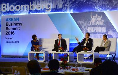 Phó Chủ tịch Credit Suisse của khu vực Châu Á Thái Bình Dương, ông Lito Camacho đang nói chuyện với Giám đốc VietJetAir, Lưu Đức Khánh (phải), Giám đốc điều hành GE, Wouter Van Wersch (thứ hai từ trái), và Phóng viên truyền hình Bloomberg, Haslinda Amin tại Hội nghị Thượng đỉnh Kinh doanh ASEAN tổ chức ở Hà Nội ngày 08 tháng 12 năm 2016.