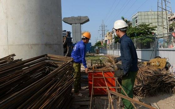 Công nhân xây dựng công trình đường sắt trên cao ở Hà Nội có vốn trợ cấp của Trung Quốc.