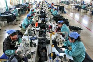 Các nữ công nhân TQ trong môt cơ sở may hàng xuất khẩu cho Hoa Kỳ. AFP