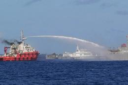 Tàu hải cảnh TQ phun nước vòi rồng qua tàu kiểm ngư Việt Nam để đuổi ra khỏi khu vực. AFP