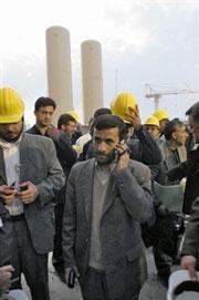 Tổng thống Iran Mahmoud Ahmadinejad đi thăm nhà máy điện hạt nhân Bushehr.(ảnh minh họa)