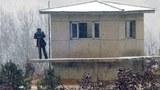 Lính gác dọc biên giới Bắc Hàn dùng ống nhòm đặc biệt theo dõi những họat đông bên Nam Hàn