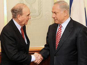 Đặc sứ Hoa Kỳ George Mitchell (trái) đã đến Jerusalem gặp Thủ tướng Israel Benjamin Netanyahu (phải) ngày 21-03-2009.Photo courtesy Israel Prime minister office.