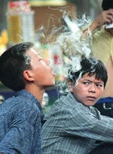 Một thanh niên đang hút thuốc, ảnh minh họa chụp trước đây. AFP PHOTO.