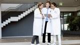 Ba nữ bác sĩ trò chuyện tại một bệnh viện. Ảnh minh họa.