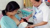 Nữ hộ sinh Nguyễn Thị Sáu (Bệnh viện đa khoa Đồng Nai) hướng dẫn một bà mẹ cách cho con bú.