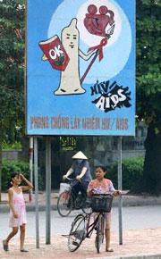 Tấm bảng quảng cáo phòng chống AIDS bằng cách sử dụng bao cao su ở Hà Nội. AFP PHOTO/HOANG DINH NAM