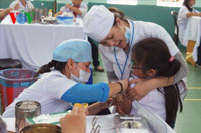 Một học sinh được tiêm vaccine sởi - rubella tại trường THCS Phú Định, quận 6, TP HCM