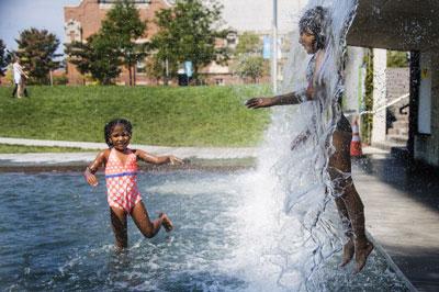 Trẻ em chơi với nước tại The Yards Park, Washington, DC hôm 25/7/2016. AFP photo