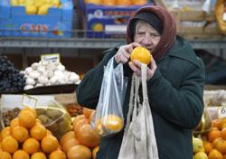 Một phụ nữ Nga đang xem một trái cam tươi. AFP photo