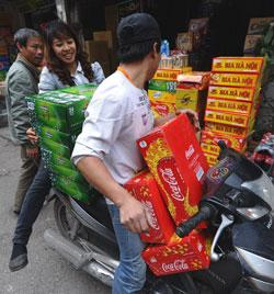 Một tiệm bán bia và nước ngọt ở Hà Nội, ảnh chụp năm 2012. AFP PHOTO.