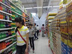 Gian hàng bán nước ngọt trong một siêu thị ở Hà Nội, ảnh chụp năm 2012. RFA PHOTO.