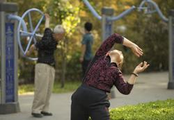 Người già tập thể dục trong một công viên ở Trung Quốc hôm 13/5/2010. AFP