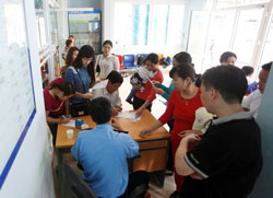 Phụ huynh đưa các em nhỏ đến khám bệnh và tiêm ngừa sởi tại bệnh viện nhi Trung ương Hà Nội, ảnh chụp tháng 4 năm 2014. Courtesy ĐSPL.