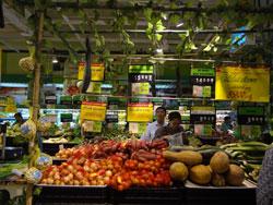 Quầy bán rau củ tại siêu thị Big C Hà Nội hôm 03/10/2012. RFA photo
