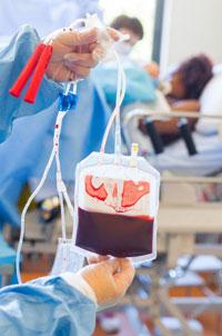 Truyền máu là một trong những rủi ro lây nhiễm HIV. AFP photo