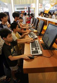 Trẻ em Việt Nam chơi trò chơi điện tử, ảnh minh họa. AFP photo