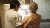 Một phụ nữ chụp X quang hàng năm phòng ngừa ung thư vú.