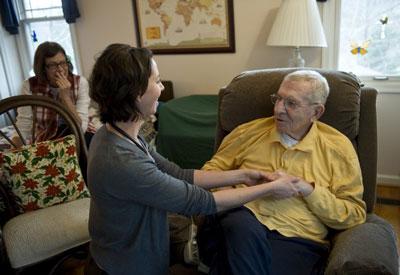 Một bác sĩ về thần kinh học chăm sóc sức khỏe cho một bệnh nhân Parkinson. AFP photo