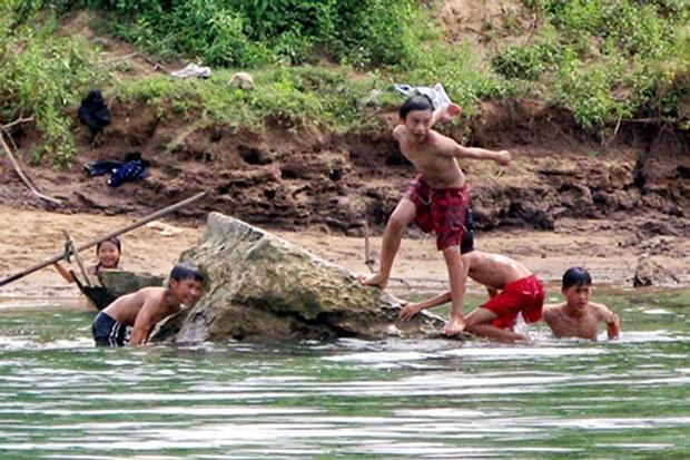 Trẻ em cần được quản lý khi tắm sông suối, ao hồ