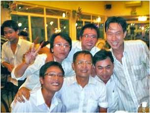 GS Phạm Minh Hoàng (hàng đầu, giữa) và các sinh viên của Đại Học Bách Khoa TPHCM trong buổi tiệc Tất Niên ngày 28/01/2010.