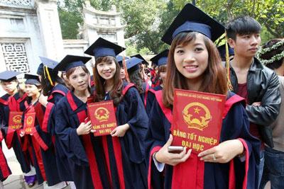 Sinh viên cầm bằng cử nhân mới nhận tại Hà Nội ngày 20 tháng 11 năm 2014.
