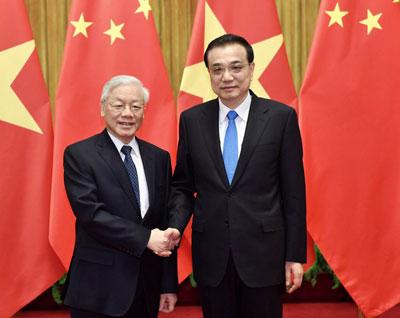 Thủ tướng Trung Quốc Lý Khắc Cường (phải) và Tổng Bí thư đảng Cộng sản Việt Nam Nguyễn Phú Trọng tại Bắc Kinh hôm 13/1/2017.