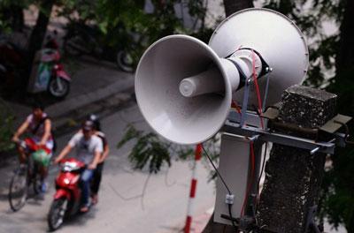 Hai chiếc loa phường treo trên cột điện ở Hà Nội hôm 19/5/2011.