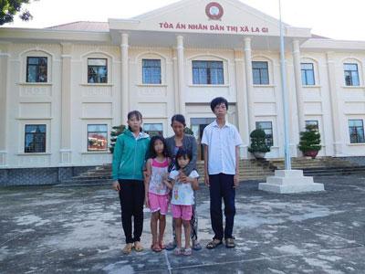 Mẹ con bà Trần Thị Thanh Loan tại tòa án Thị xã La Gi -Bình Thuận vào tháng 7/2016.