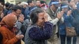 Một phụ nữ khóc trong buổi tưởng niệm lần thứ 38 cuộc chiến tranh biên giới Việt - Trung trước tượng đài vua Lý Thái Tổ tại Hà Nội ngày 17/2/2017.