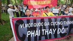 Người dân biểu tình chống Trung Quốc tại Hà Nội ngày 11/5/2014. Courtesy DLB.