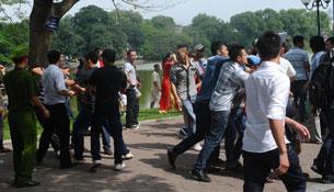 Công an, an ninh trấn áp người biểu tình chống Trung Quốc ở Hà Nội hôm Chủ nhật 02/06/2013.