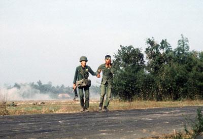 Một người lính VNCH dìu một đồng đội bị thương ở huyện Trảng Bàng, Tây Ninh ngày 27 tháng 1 năm 1973. AFP photo