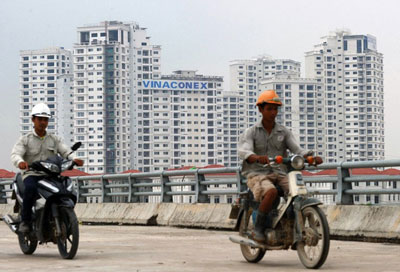 Người dân giao thông qua một dự án bất động sản ở ngoại ô Hà Nội. AFP photo