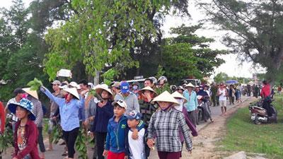 Giáo dân thuộc giáo xứ Cồn Sẻ biểu tình phản đối Formosa Hà Tĩnh hôm 7/7/2016. Photo courtesy of tinmungchonguoingheo