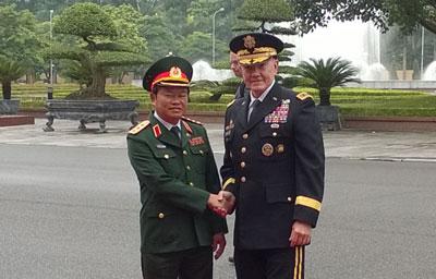 Thượng tướng Đỗ Bá Tỵ chào mừng đại tướng Martin Dempsey, Chủ tịch Hội đồng Tham mưu trưởng Liên quân Hoa Kỳ đến thăm Việt Nam hôm 14/8/2014