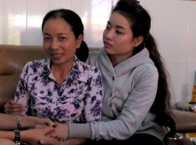 Bà Nguyễn Thị Loan - mẹ của Hồ Duy Hải - cảm ơn những lời chúc mừng của người thân chiều 4/12/2014