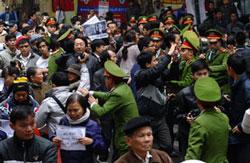 Công an Hà Nội ngăn cản người dân biểu tình chống Trung Quốc hôm 09/12/2012. AFP photo.