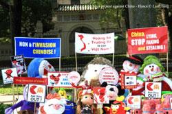 Thú nhồi bông, hình nộm, đồ chơi với một số biểu ngữ chống Trung Quốc cắm tại công viên Lê Nin, đối diện với ĐSQ TQ ở Hà Nội hôm 16/12/2012. Photo courtesy of Nguyễn Lân Thắng's FB.