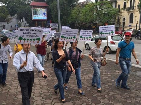 Người dân Hà Nội phản đối quyết định của UBND TP Hà Nội chặt 6700 cây xanh. Ảnh chụp hôm 20/3/2015.