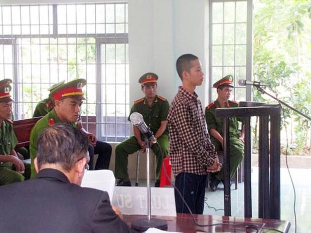 Cháu Nguyễn Mai Trung Tuấn trong phiên xử ngày 24/11/2015.