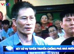Blogger Điếu Cày (trái) và blogger Anh Ba Sài Gòn tại phiên xử ở Tòa án Nhân dân TPHCM hôm 24 tháng 9 năm 2012. Photo by Nguyễn Lân Thắng.