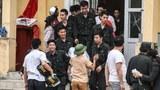 Cảnh sát cơ động được người dân thả ra tại xã Đồng Tâm, huyện Mỹ Đức, Hà Nội vào ngày 22 tháng 4 năm 2017.