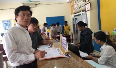 Linh mục Nguyễn Đình Thục (trái).