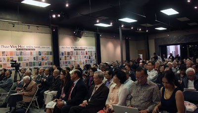 Quan khách tham dự Hội thảo chuyên đề 20 năm Văn học miền Nam tổ chức tại phòng họp của báo Người Việt và Việt Báo ở California, trong hai ngày 6 và 7 tháng 12 năm 2014. Photo courtesy of Người Việt.