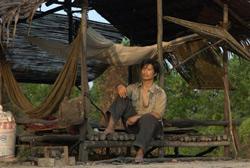 """Diễn viên Dustin Nguyễn trong  phim """"Cánh Đồng Bất Tận"""". Photo courtesy of BHD."""